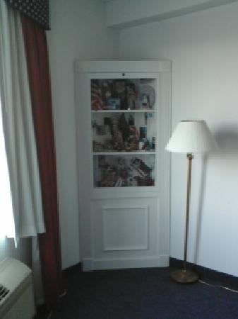 Heritage Inn and Golf Club: Americana Curio Cabinet