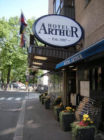 Arthur Hotel: Front door