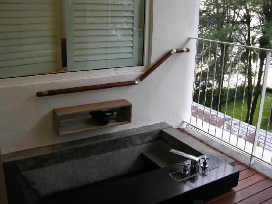 Lone Pine Hotel: Plunge pool/bath tub on the balcony