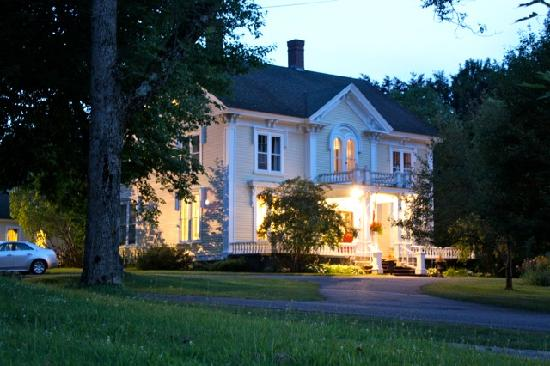Hillsdale House Inn: Hillsdale House in the evening light.