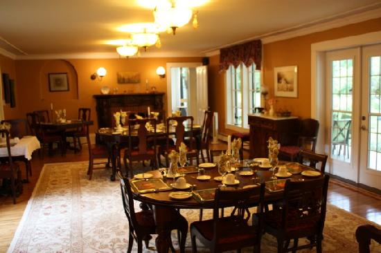 Hillsdale House Inn: The dining room.