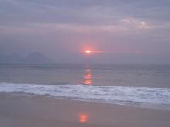 Orla Copacabana Hotel: 目の前のビーチからの朝日