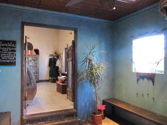 SpandaRama Yoga: Changing room & gateway to Rasa Juice Bar