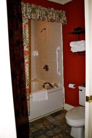 Hidden Garden Cottages & Suites: Bathroom with 2 person whirlpool bath