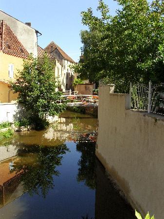 Charolles, France: La vue du pont qui accède aux chambres