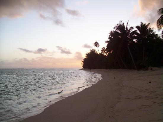 Vaimaanga, Îles Cook : Sunset from the beach, Palm Grove