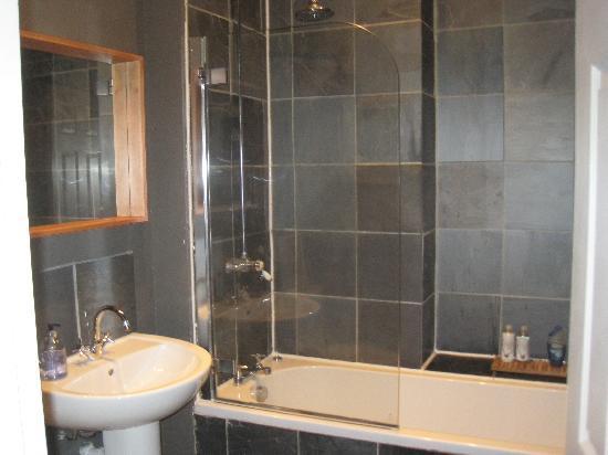 Royal Mile Mansions: Bathroom