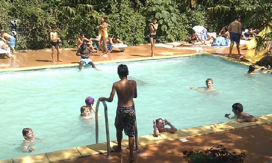 Isis en Cevennes : You can watch your children at the swimming pool while drinking or reading at the terras.