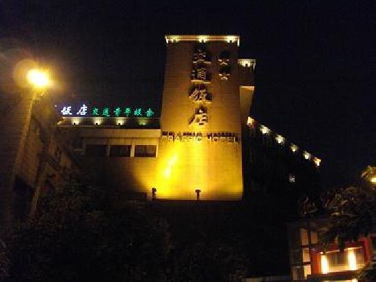 Traffic Hotel : 夜間の外観