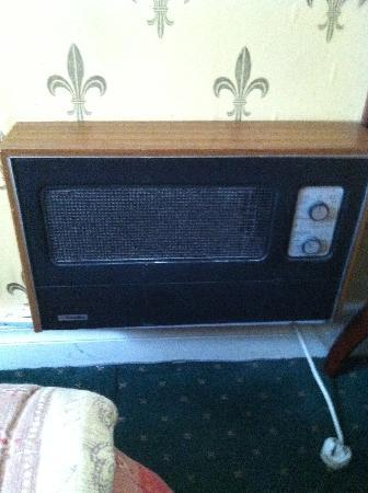 Lawlor's Hotel Dungarvan: Very old electric heater on wall in bedrrom!