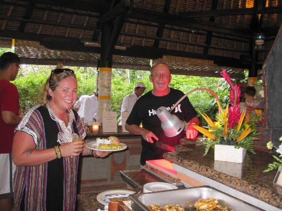 Legian Beach Hotel: Enjoying the buffet breakfast