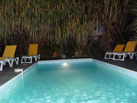 Les Pommes Kannelles: piscine la nuit