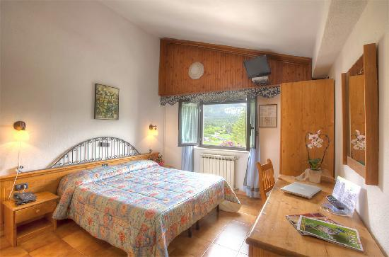 Camere Pescasseroli : Piscina picture of hotel iris pescasseroli tripadvisor