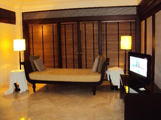 The Leela Goa: Club room inside