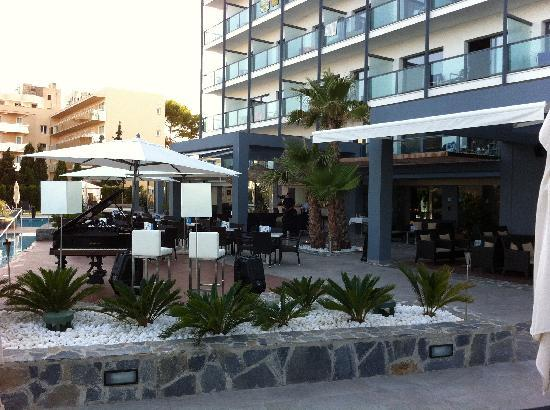 Marins Playa Suites: Pool bar and relax area