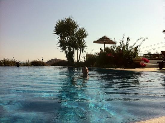 Yria Island Boutique Hotel & Spa: Sunset in the pool