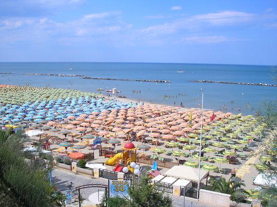 Gabicce Mare, Italia: Ecco come si presenta la spiaggia dalla scalinata