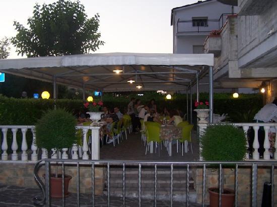 Mosciano, Italien: I tavoli all'esterno della Pizzeria Via Veneto
