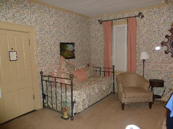 Historic Eureka Inn: Trundle Bed in the Jury room