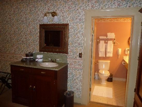 Historic Eureka Inn: sink outside the bathroom