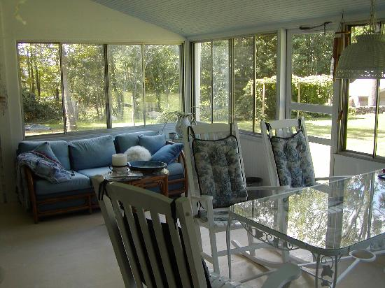 Colonial Hill Alpaca Farm and B&B: Sun room to read and enjoy the Alpaca's