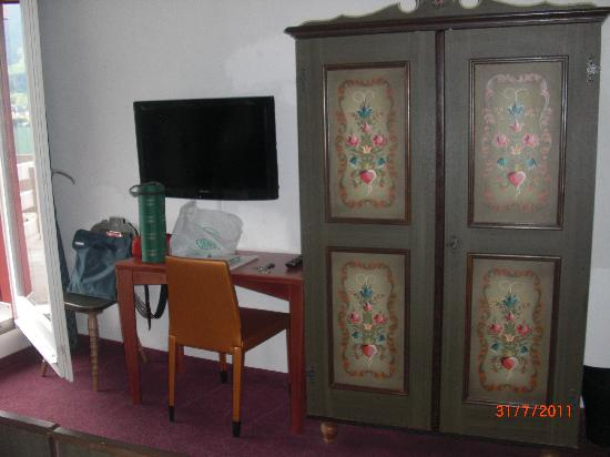 Parkhotel Waldheim: TV desk and wardrobe