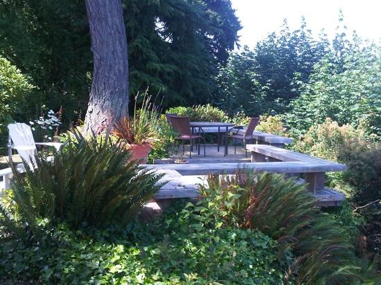 Skiff Point Guest House : Garden overlooking Puget Sound