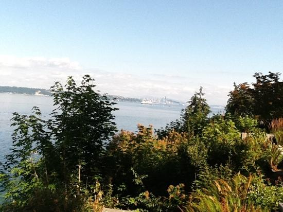 Skiff Point Guest House: View of Seattle from the garden