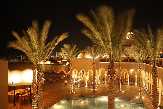 The Grand Makadi Hotel : terasse de la réception en soirée