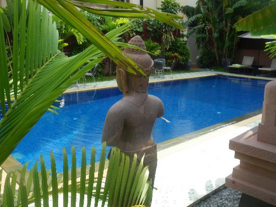 Mom's Guesthouse: vue sur la piscine
