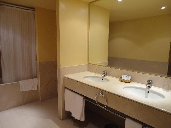 Golden Tulip Farah Marrakech: Il bagno principale della suite