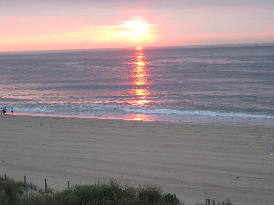 Dunes Manor Hotel & Suites: Sunrise view from balcony