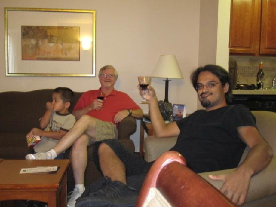 Staybridge Suites Austin-Round Rock: Relaxing w/ wine.