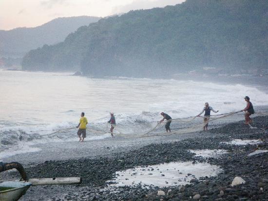 Lumbung Damuh: plage (galets)et pêcheurs