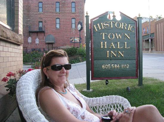 Town Hall Inn: Sitting out front enjoying the evening