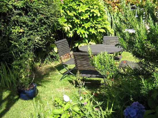 Lewis's Bed and Breakfast: Front Garden
