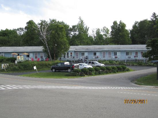 Moran Bay Motel: View from the beach across the street