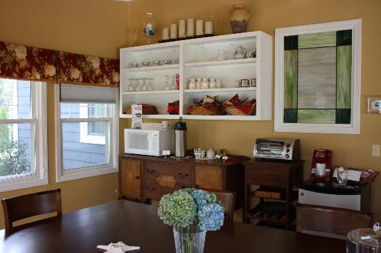 Bristol House Bed & Breakfast: dinning room - chips, crackers, microwave, toaster, refrigerator