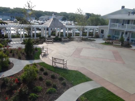 Sea Crest Beach Hotel: New plaza and walkway between buidings 2 and 3