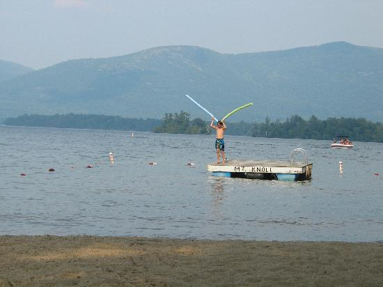 Mt. Knoll Beach Cottages: Fun on the raft!