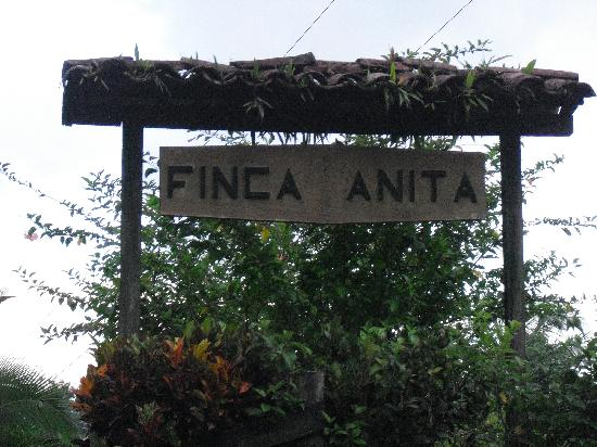 La Anita Rainforest Ranch: the entrance to the ranch