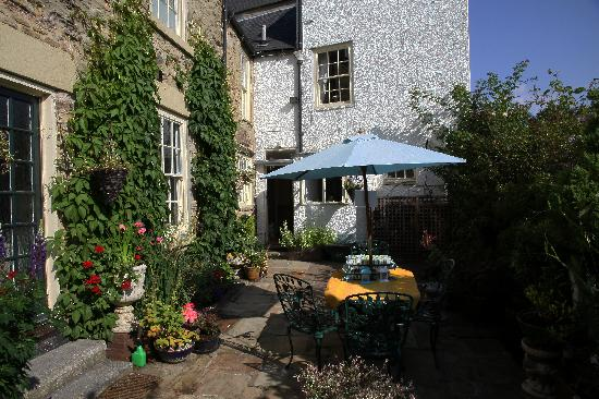 Castle View Guest House: The small garden