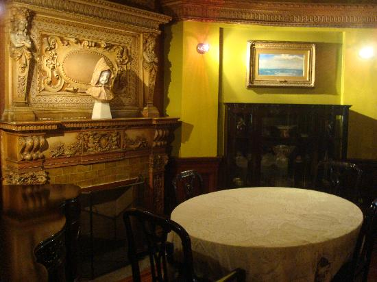 Chateau Dufresne (Dufresne House): One of the few rooms that is decorated & has furniture in it