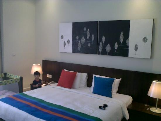 Lone Pine Hotel: bed & art