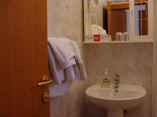 Paradis Apartments: Baño pequeño pero suficiente
