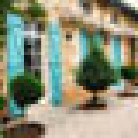 Chateau Rousselle: Annexe: acces independant des Chambres