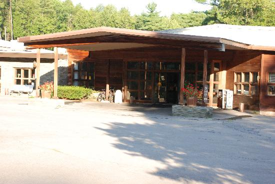 Roaring Brook Ranch & Tennis Resort: Check in area and entrance to Dining Hall