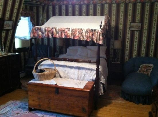 Cottle's Seafield Cottage: classic victorian bed room