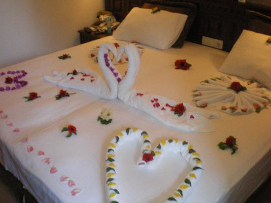 ‪هوتل جرينلاند: How the maid decorated our room on our wedding day‬