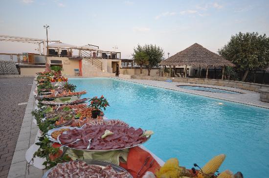 Grand Hotel Azzurra Club: buffet a bordo piscina